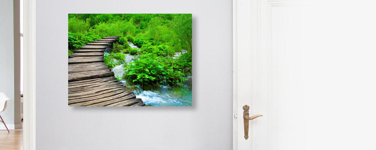 Ein traumhaftes Naturbild zeigt den Weg ins Grün