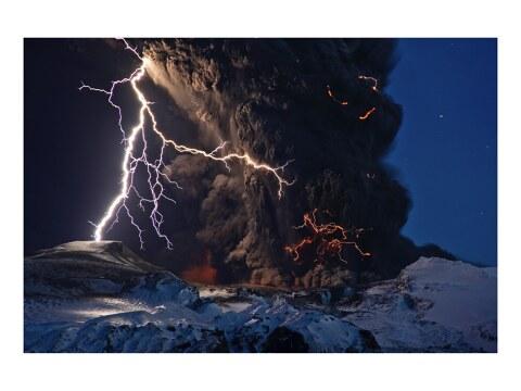 Vulkanwolke von Blitzen durchzogen