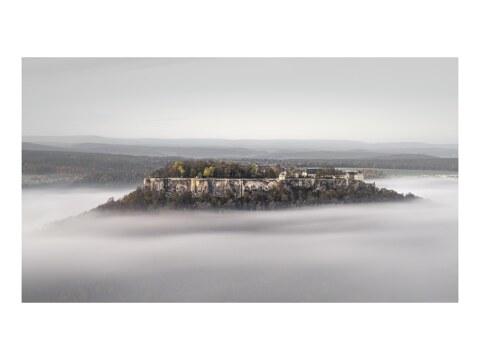 Burg Koenigstein im Nebel Elbsandsteingebirge