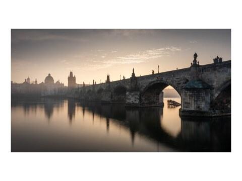 Karluv most im Nebel