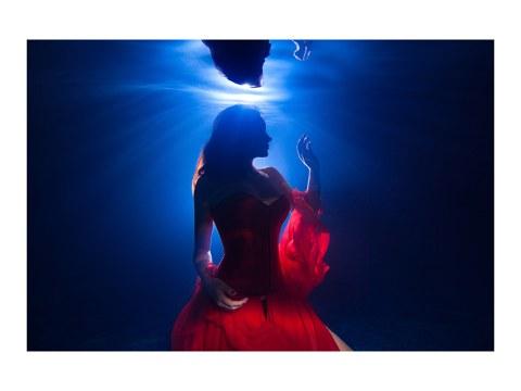 Photographie de femme sous l'eau